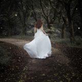 森に消えていくウエディングドレスの女性