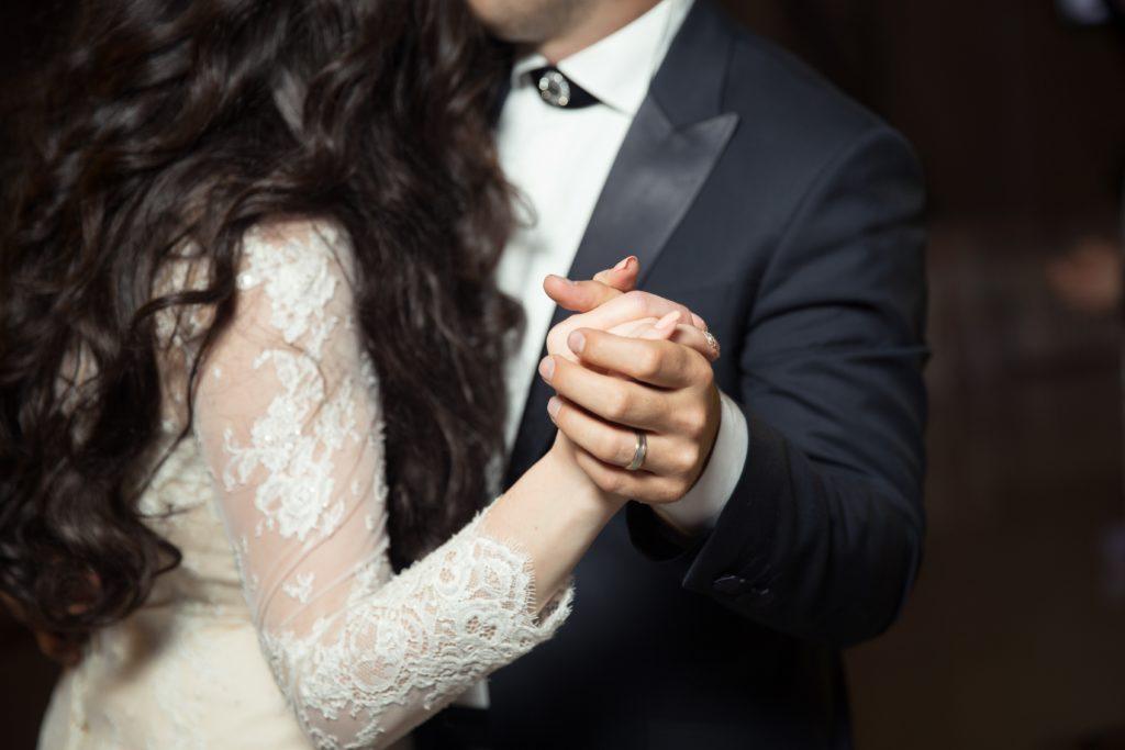 手を握り合う男女