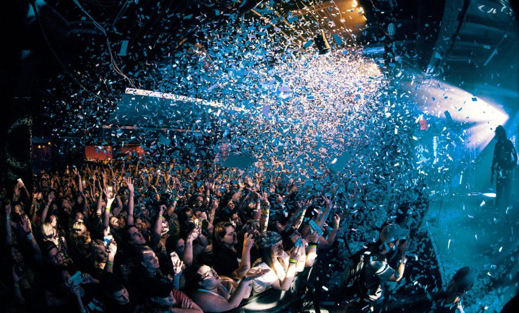 ステージに興奮する観客たち