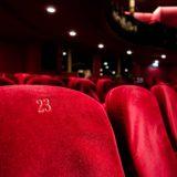 劇場内の深紅の客席の椅子