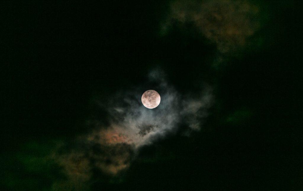 雲に隠れた月